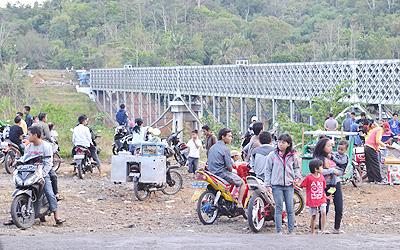 Ngabuburit di Jembatan Cirahong